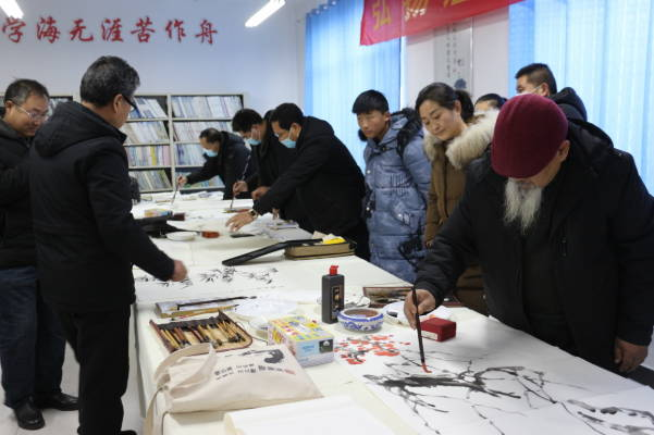 """沂水县文联文艺志愿服务队开展""""书画进校园""""活动"""