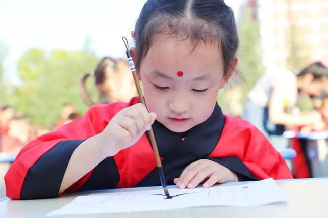 曲阜儒家研学基地古礼团队为泰安博文中学小学部新生举行开笔礼