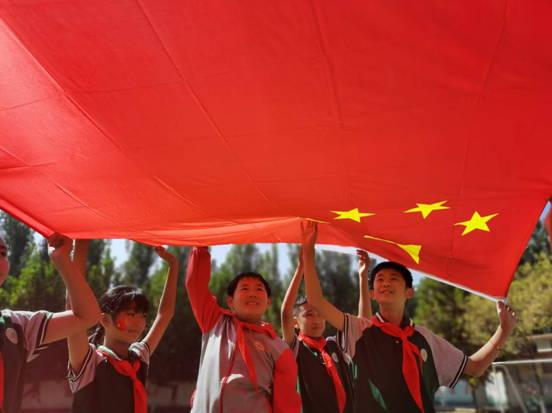 """仲村镇驿头完小举行""""敬国旗,唱祖国颂歌""""为主题的 ―――爱国主义教育活动"""