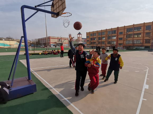 沂南孙祖小学与里庄小学举行篮球友谊赛