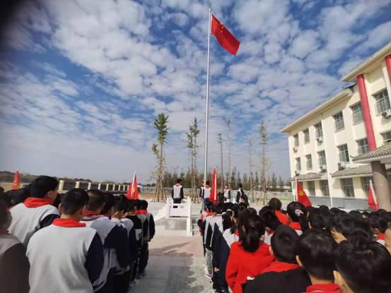 平邑县仲村镇原宪小学举行一年级入队活动