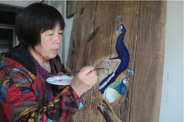 李玉莲:乡村女画家让旧门板变身艺术品