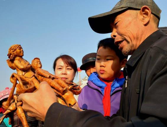 郯城:小吃文化节残疾老人宋玉云让游人铭记历史
