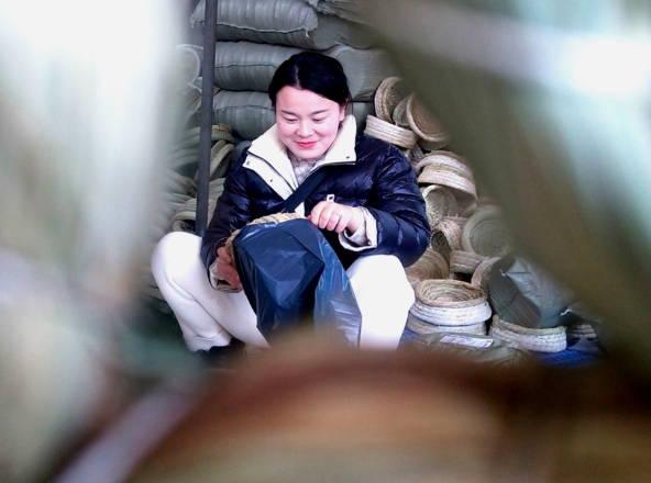 """郯城:90后刘娜让稻草""""触电""""帮群众赚钱"""