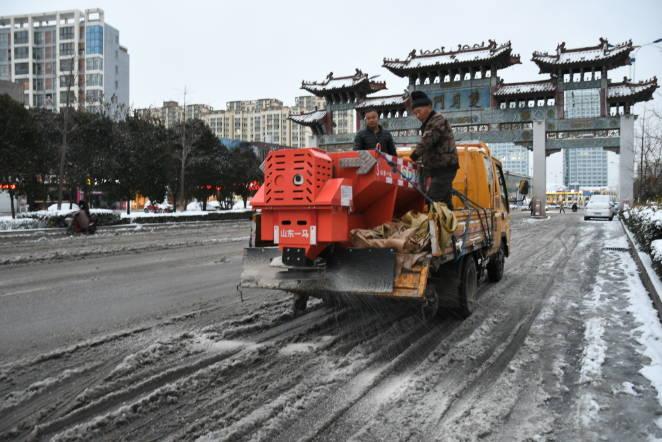 """临沂市罗庄区:750余名城管环卫""""以雪为令""""战风雪斗严寒全力保畅通"""