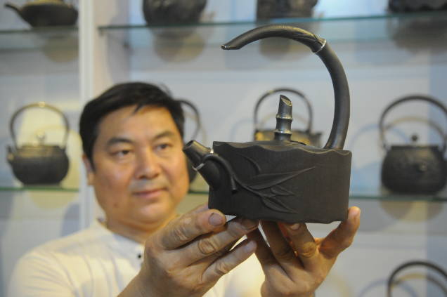 山东淄博:传统铁壶融入时代元素 畅销海内外