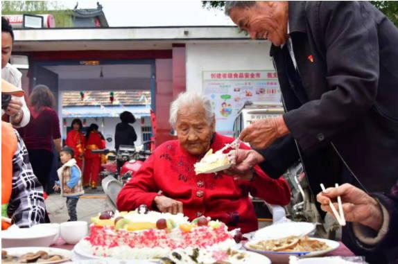 临沂罗庄举行首届长寿福宴 为百岁老人庆生