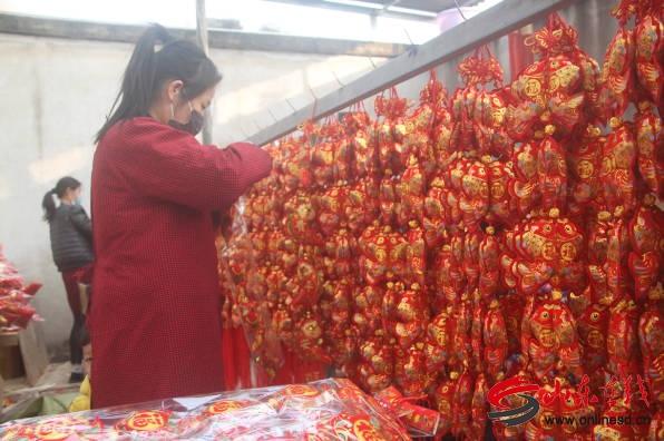 郯城县杨集镇农村妇女巧手编织增收路