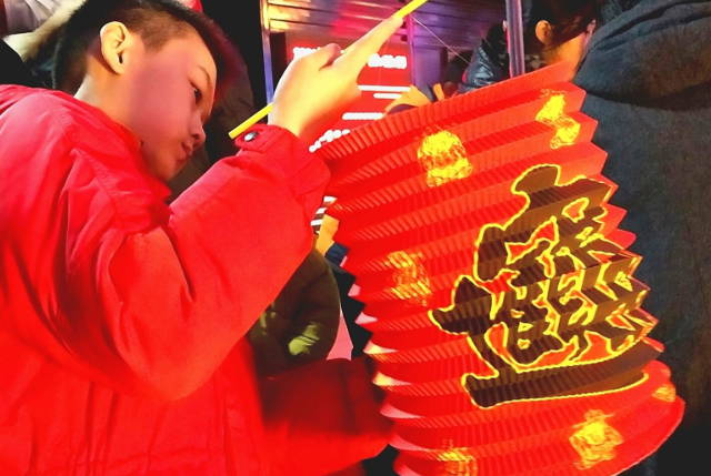 正月十五挑红灯 红红火火这一年